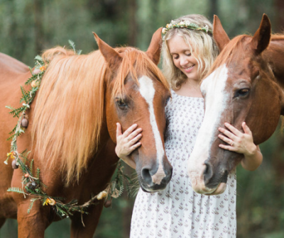 Matching horse and hair piece arrangement (Photo by Tim Harris Photography)